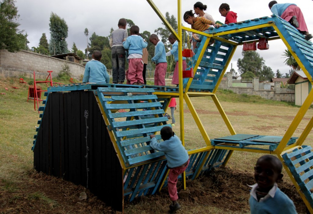 Self made playgrounds from recycled materials basurama for Items made from waste material for kids